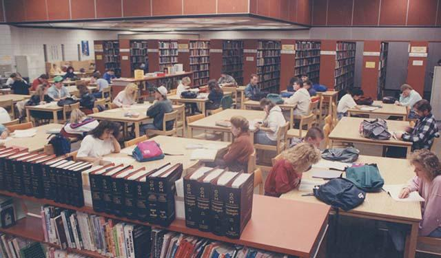 Students using the library, 1989.